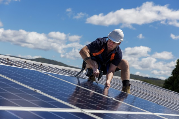 A guide for facilities decision-makers on going solar