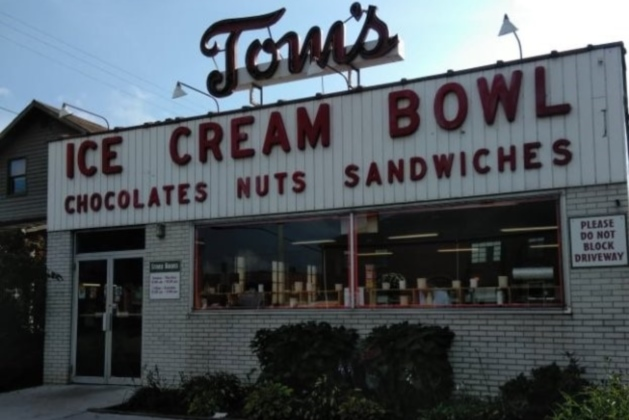 Tom's Ice Cream Bowl in Zanesville, Ohio, has the scoops
